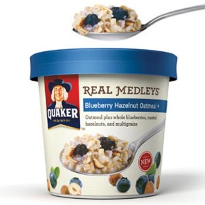 ترکیبات خمیر میوهای و آجیلی Quaker's Real Medleys در یک فنجان سفارشی که از ترکیب مقوا و پلاستیک برای یک حس مدرن و عملکرد کاربردی استفاده میکند، به بازار آمدهاند.